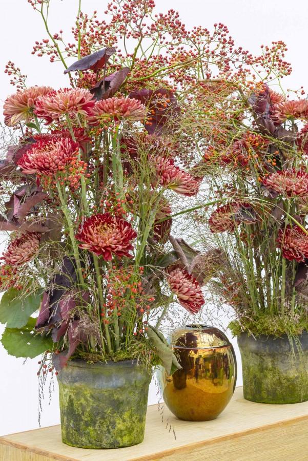 Bloemstukken in vaas rood