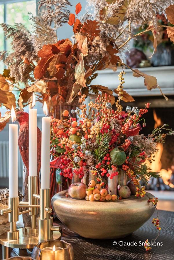 kerststuk en kaarsen