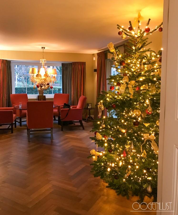 Kerstboom rode stoelen
